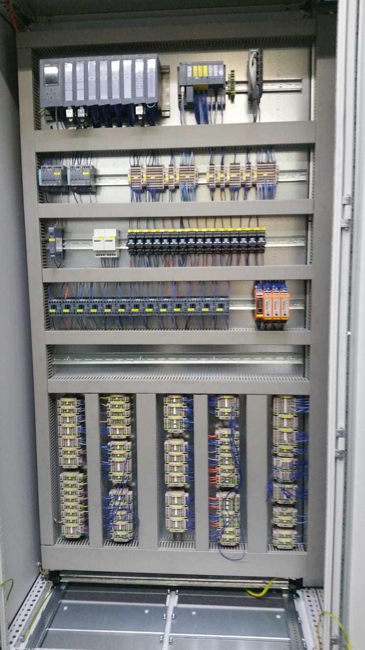 """Die HOK Automation sucht zur Verstärkung ihres Teams eine/n Elektroniker/in im Steuerungsbau, für Inbetriebnahmen und Instandhaltung von Maschinen und Anlagen mit Schwerpunkt an Maschinen der """"Warmumformung"""" und """"Hydraulik""""."""